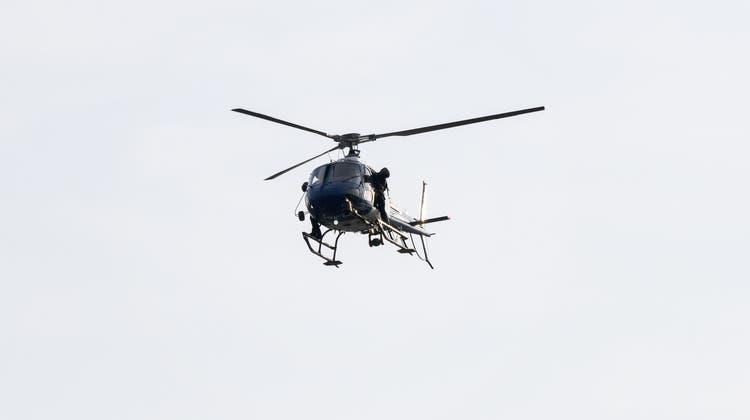 Ein Helikopter der Kantonspolizei Zürich sucht nach dem vermissten Kanufahrer. (Christian Beutler / KEYSTONE)