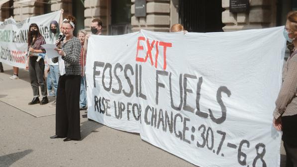 Eine angebliche Credit-Suisse-Mitarbeiterin verkündet den Ausstieg der CS aus den fossilen Energien. (Climatestrike(Zürich, 26. Juli 2021))