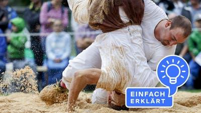 Aron Kiser (dunkle Hose) gegen Beda Arztmannim 5. Gang beim Thurgauer Kantonalschwingfest. (Bild: Christan Merz/Keystone (Amriswil, 25. Juli 2021))