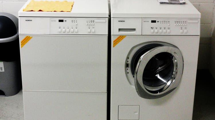 Eine bereits etwas in die Jahre gekommene Waschmaschine. Ob sich hier eine Reparatur noch lohnt? (chr (19.4.2010))