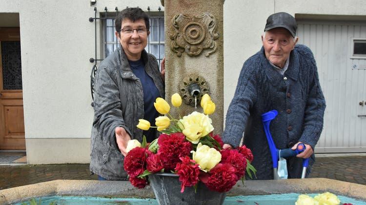 Am Brunnen: Helen Albrecht mit Josef Zeller, dem Ehemann der verstorbenen Brunnenschmückerin. (Bild: Urs Oskar Keller)