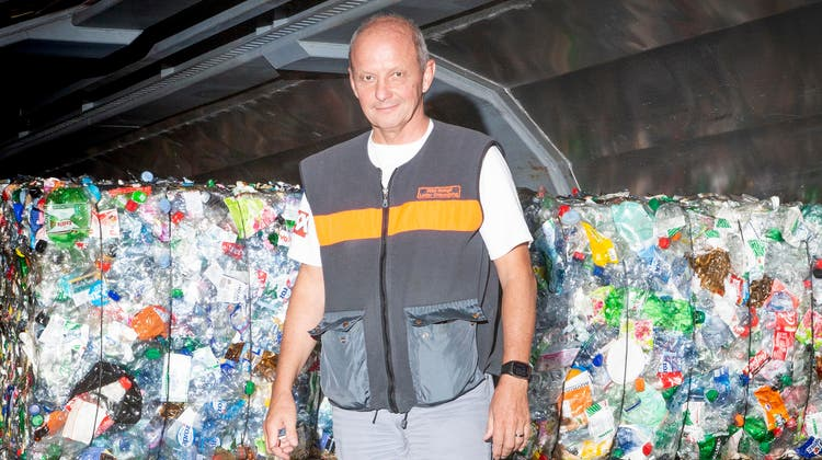 Viel PET und Röbi Zwingli: 20'000 Tonnen Material verarbeiten Röbi Zwingli und sein Team in der Migros-Betriebszentrale in Gossau jedes Jahr. (Bild: Tobias Garcia)
