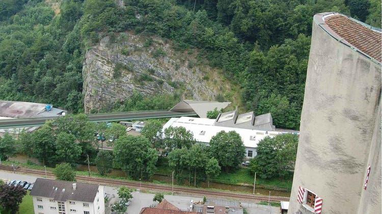 Die Visualisierung zeigt den Blick auf die geplante Umfahrungsstrasse von der Burg Alt Falkenstein aus, dort wo der Viadukt in einen Tunnel münden soll. (zvg)