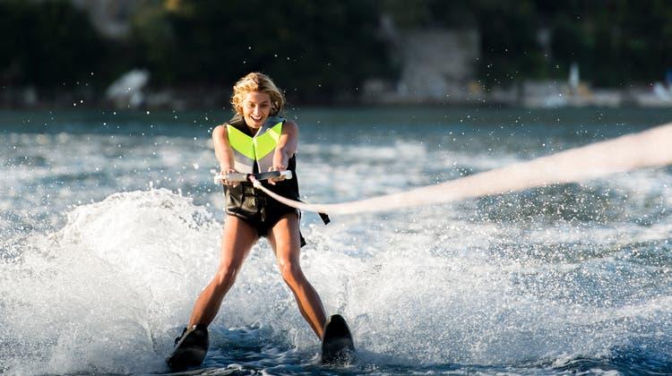 Bei vergleichbaren Anlagen in Frankreich wurde ein Kabel über den See gespannt und das Wasserskilaufen erfolgt mit elektrischem Antrieb. (Symbolbild) (Getty Images/500px Plus)