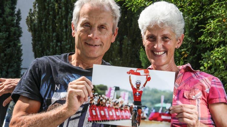 Haben mit ihrer Tochter Jolanda beim olympischen Mountainbikerennen Runde für Runde mitgefiebert - Sonja und Markus Neff präsentieren in ihrem Garten in Thal stolz das frische Siegerbild. (Bild: Christof Sonderegger)