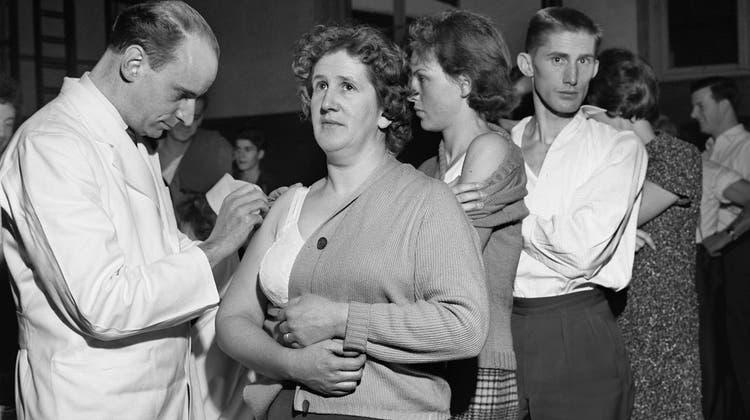 Die Pocken lösten einen Ausschlag am ganzen Körper aus, der Narben hinterliess, wenn die Person überhaupt überlebte. Im Bild: Eine Impfaktion in Schaffhausen 1962. (Keystone)