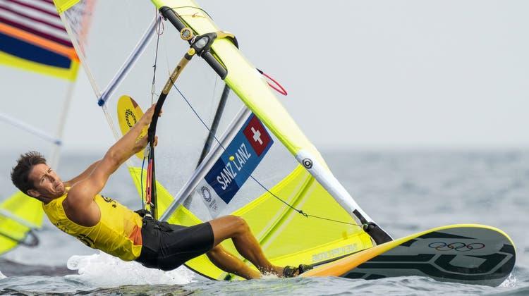 Der Schweizer WindsurferMateo Sanz Lanz liegt derzeit auf Medaillenkurs. (Bernat Armangue/AP)