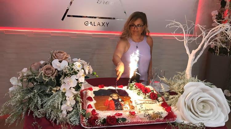 Die erste Stadtpräsidentin von St.Gallen schneidet die riesige Torte an. (Bild: PD)
