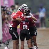 Sina Frei, Jolanda Neff und Linda Indergandfreuen sich über ihre Medaillen. (Bild: KEY)