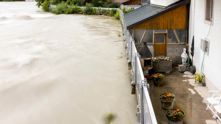 Die Reuss mit Hochwasser bei Bremgarten, am 15. Juli. Die Feuerwehr hat Hochwasserschutzsperren aufgestellt. (Severin Bigler)