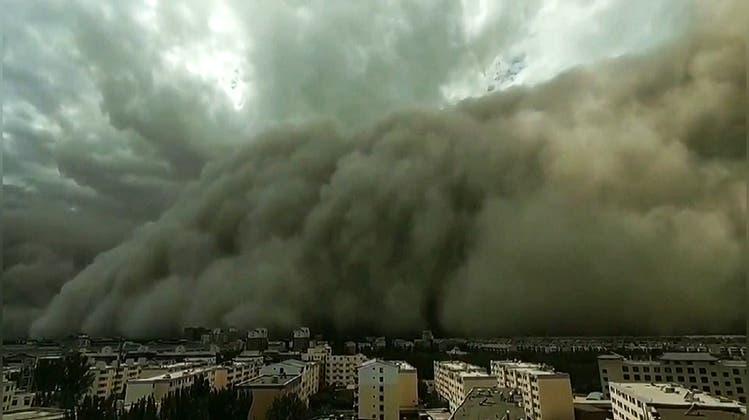 Über 100 Meter hoch: Sandsturm überrollt chinesische Stadt