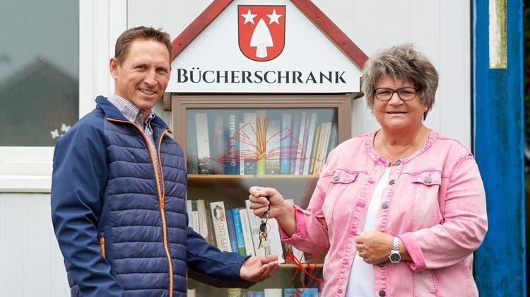 Jeannette Baumgartner (rechts) übergibt Gemiendeschlüssel an Patrick Meier (links). (José R. Martinez)