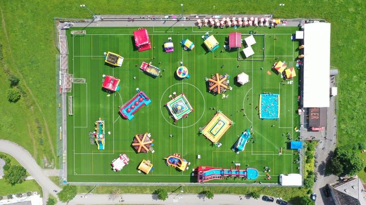 Der Hüpfburgen-Funpark auf dem Sportplatz Bühler bietet insgesamt 30 Hüpfburgen im Innen- und Aussenbereich. (Bild: eastdesign.ch)