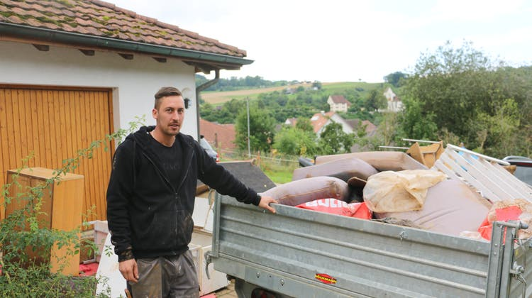 Bei Fabian Henzmannstand das Wasser bis unter die Kellerdecke. Derzeit ist er mit den Aufräumarbeiten und dem Entsorgen des beschädigten Hausrates beschäftigt. (Dennis Kalt)