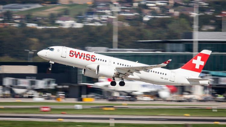 Kleinere Flugzeuge wie dieser Airbus 220-300 der Swiss heben derzeit häufiger ab als grosse Langstreckenflugzeuge. (Christian Merz / Keystone)