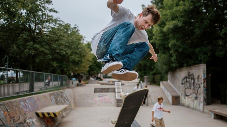 Skater im Skatepark bei der Kreuzbleiche in St.Gallen lassen bei Sprüngen ihre Bretter durch die Luft wirbeln. (Bild: Benjamin Manser(27. Juli 2021))