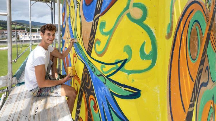 Der aus Schönenwerd stammende Künstler Tim Glanzmann hat auf dem Areal beim Schulhaus Feld einen Betonkamin bemalt. (Patrick Luethy)