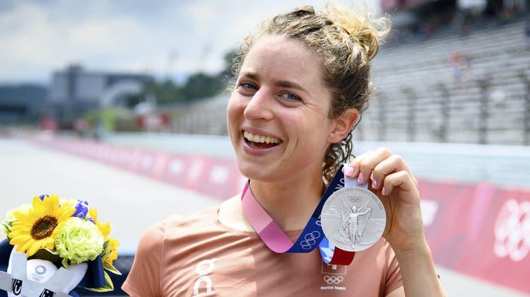 Marlen Reusser freut sich über Olympia-Silber im Zeitfahren. (Laurent Gillieron / KEYSTONE)