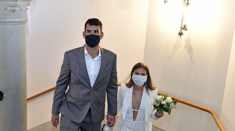 Die Maskenpflicht schreckt nicht alle Heiratswilligen ab. (Keystone)