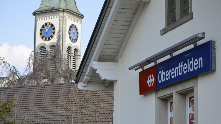 Symbolbild Bahnhof Oberentfelden Schild mit Kirche im Hintergrund S28 Nationalbahn (Daniel Vizentini)
