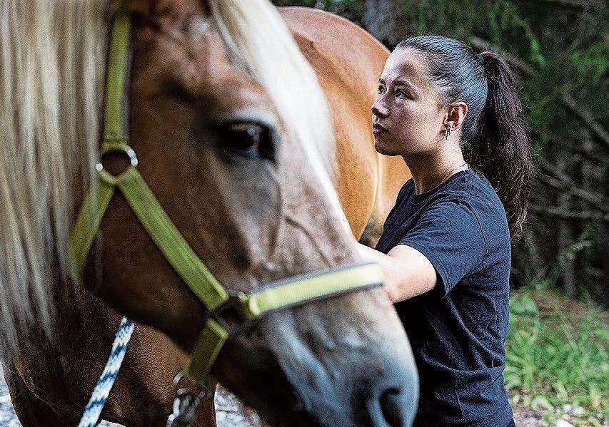 Belinda Hitz (20) aus Regensdorf ZH beim Pferdestriegeln.