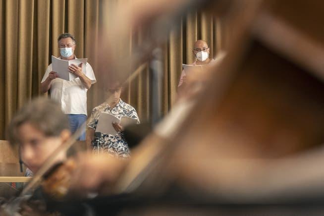 Musiker von Chor und Orchester proben eine Oper (Archivbild)