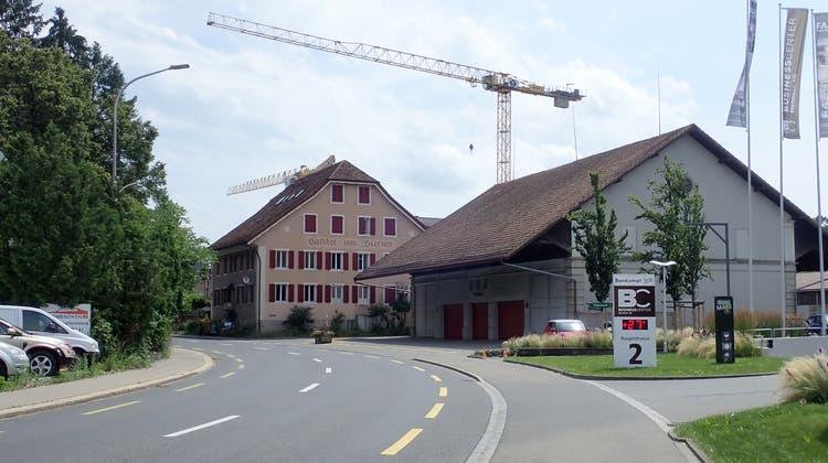 Einfahrt von Reinach nach Menziken: Das Dorf wird bereits als «Baukran-Eldorado» gehandelt. (Cynthia Mira)