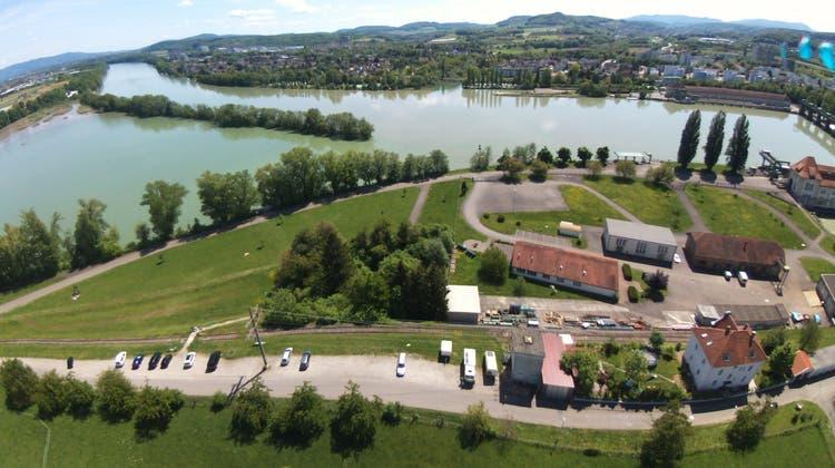 Wyhlen: Das gräuliche Neubau im Vordergrund ist eine Wasserstoff-Fabrik. Solch eine ist ist auch am anderen Ufer, in Augst, vorgesehen. (ZvG)