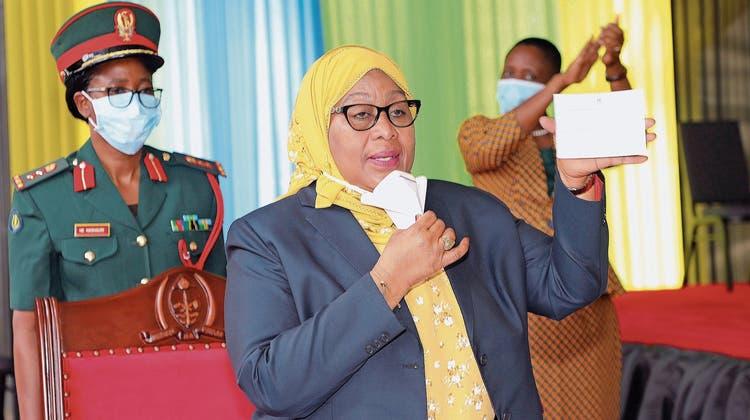 Mit gelbem Hidschab und Impfnachweis: Präsidentin Samia Suluhu ist gegen Covid-19 immunisiert.