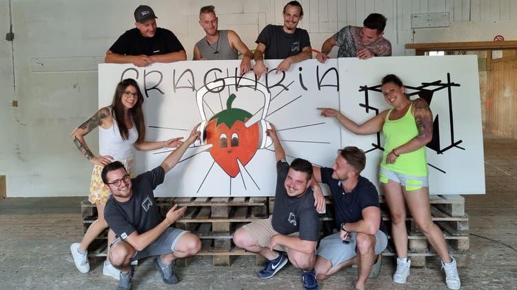 Das Fragaria-OK mit den Gründern Lukas Jost und Elias Grüter (vorne links und rechts neben der Erdbeere). (Zvg)
