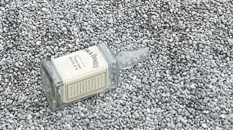 Die leeren Jack-Daniels-Flaschen am frühen Donnerstagmorgen auf dem Spielplatz beim Starbucks. (uhg / Aargauer Zeitung)