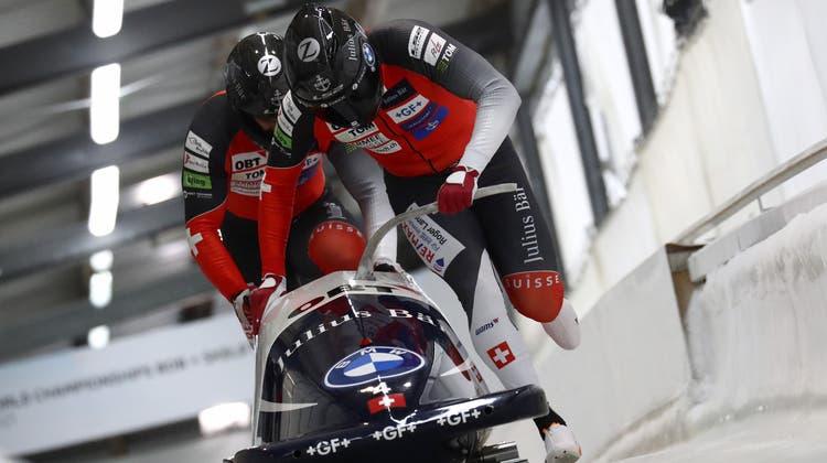 Geht es nach Sandro Michel (h.) so würde er mit seinem Piloten Michael Vogt (v.) wie an der WM in Altenberg auch in Peking bei den Olympischen Winterspielen an den Start gehen. (AP/Keystone (6. Februar 2021))