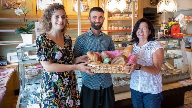 Ruth Wacker (rechts) übergibt ihre Bäckerei an Johanna Blindow und Ismael Awla. Die traditionelle Bäckerei an der Martin-Disteli-Strasse 49 besteht seit über 50 Jahren und kann durch die Übergabe weitergeführt werden. (Patrick Luethy)