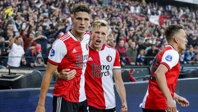 Guus Til (links) schiesst Feyenoord Rotterdam mit drei Toren zum 3:2-Heimsieg über Drita aus dem Kosovo. Jetzt treffen die Holländer auf den FC Luzern. (Bild: Tom Bode/Keystone (Rotterdam, 29. Juli 2021))