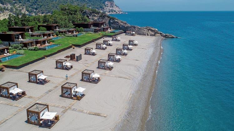 Vom privaten Hotelstrand – hier bei Antalya in der Türkei – profitieren einige wenige, die breite Bevölkerung hat nicht viel von solchem Tourismus. (Bild: Getty Images)