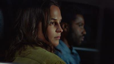 Der Actionthriller «Beckett» mit Alicia Vikander als April und John David Washington als Beckett eröffnetam Mittwoch, 4. August das Locarno Film Festival auf der Piazza Grande und läuft ab 13. August exklusiv auf Netflix. (Bild: Yannis Drakoulidis/Netflix)