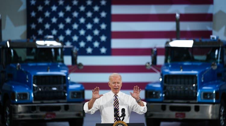 In einer Lastwagen-Fabrik in Macungie (Pennsylvania) lobte Präsident Joe Biden am Mittwoch das Infrastruktur-Paket, über das im Kongress debattiert wird. (Matt Rourke / AP)