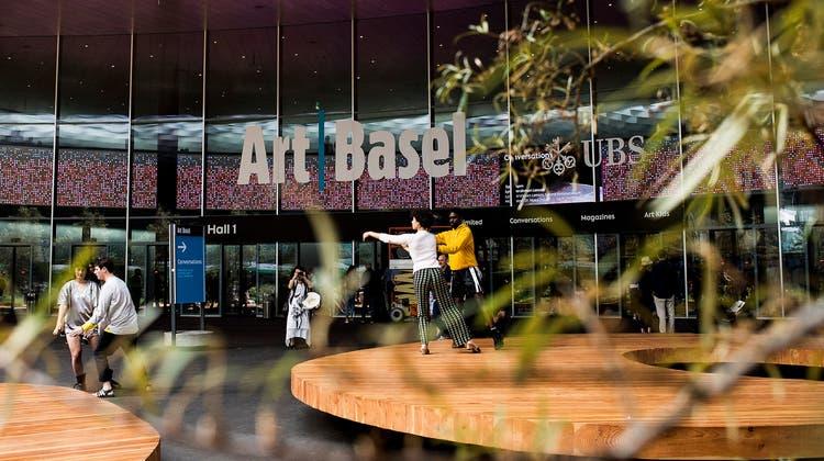 Die Art Basel wird dieses Jahr unter besonderen Vorzeichen stattfinden. (Im Bild eine Besucherin der Art Basel Hongkong im Mai 2021) (AP)