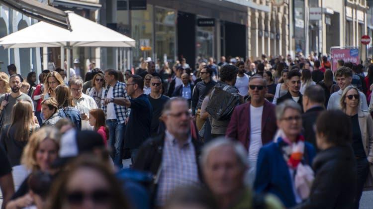 Die dicht bevölkerte Freie Strasse in Basel. (Georgios Kefalas / KEYSTONE)