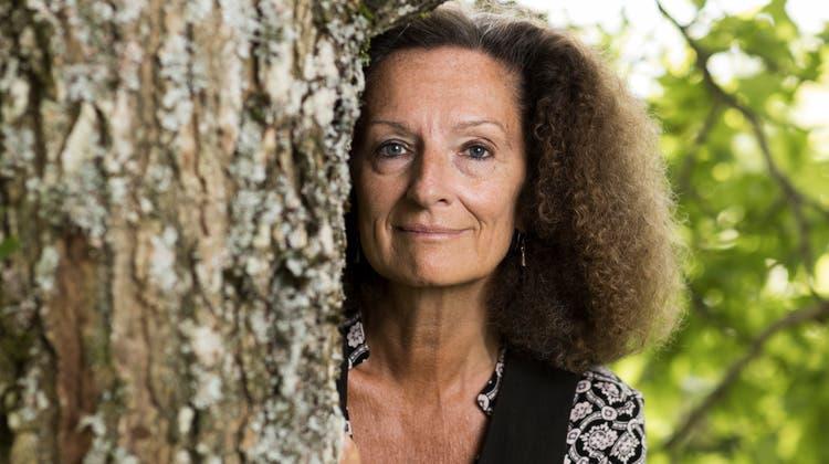 Sabine Haupt, Schriftstellerin und Literaturprofessorin, in ihrem Garten in Savigny. (Bild: Severin Bigler)