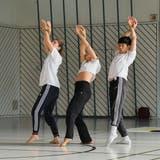 Was, wenn mein Körper aus purem Gold wäre? Das fragen sich Léa Thomen, Soraya Emery und Guang-Xuan Chen bei ihren Bewegungsstudien. (Bild: Andri Vöhringer)