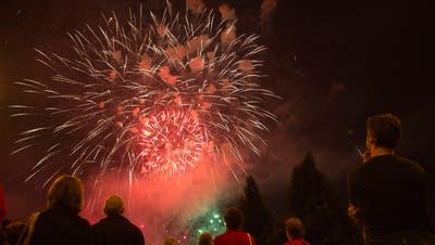 Zuschauer bewundern ein Feuerwerk am 1. August. (Bild: Salvatore Di Nolfi/ky)