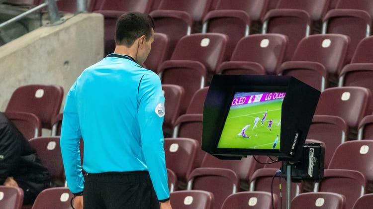 Wenn der Schiedsrichter auf den Bildschirm sieht, muss das Spiel warten. (Pascal Muller/Freshfocus)