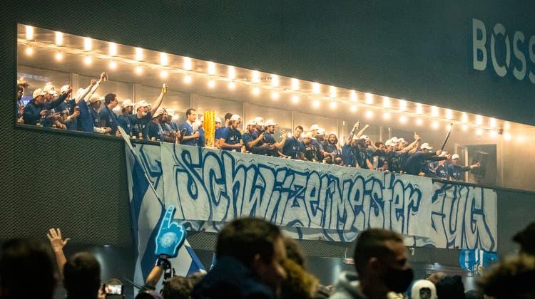 Die EVZ-Meistermannschaft auf dem Balkon der Bossard-Arena. (Bild: Christian H. Hildebrand (Zug, 7. Mai 2021))