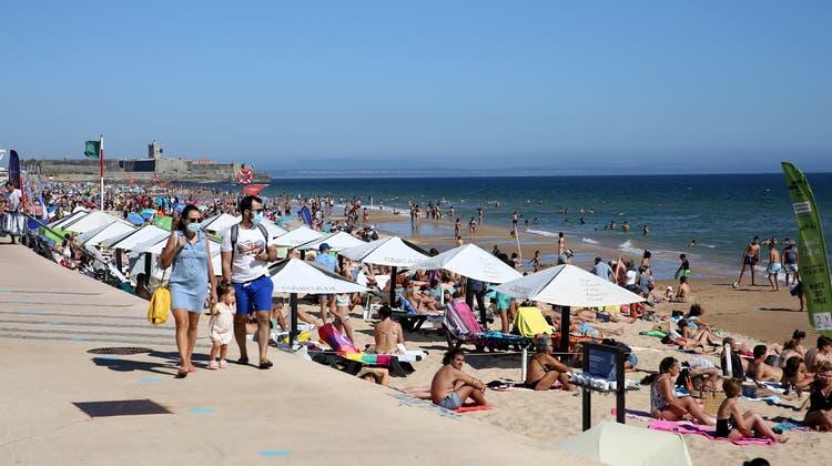 Strandpromenade in Cascais beiLissabon: In Portugal lässt es sich ab August wieder unbeschwerter Ferien machen. (Nurphoto / NurPhoto)