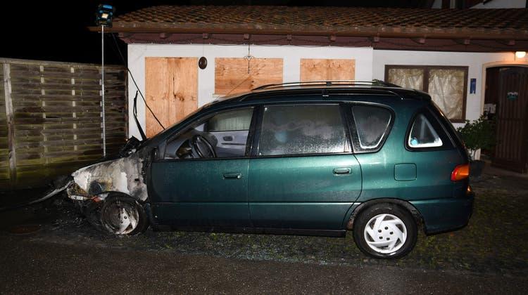 Das Auto brannte in der Nacht auf Freitag. Die Brandursache ist noch unklar. (Kantonspolizei Aargau)