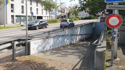 Diese Rampe zur Unterführung unter der Hauptstrasse (K 247) wird entfernt, weil sie laut Behindertengleichstellungsgesetz zu steil ist. (Urs Helbling)