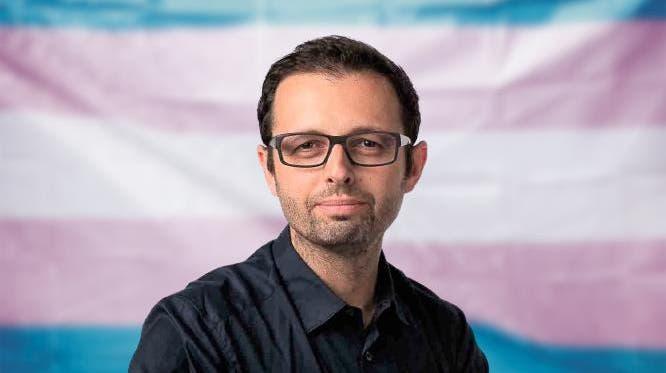 Die Fahne für trans Menschen wurde 1999 designt. Sie soll die Community repräsentieren, die aus Männern (hellblau), Frauen (rosa) und nonbinären Menschen (weiss) besteht. (Unsplash)