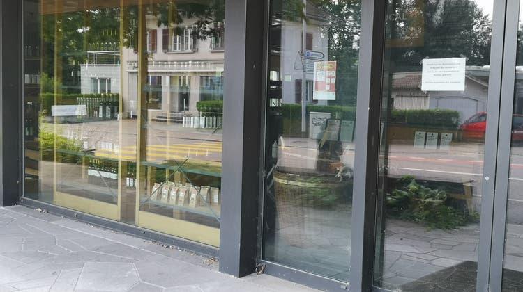 Das neue, weisse Schild an der Türe des längst geschlossenen, aber immer noch nicht geräumten «Local» in Lenzburg zeigt, wird hart gekämpft wird. (Urs Helbling)