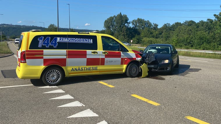 Die 19-Jährige sowie der 46-jährige Fahrer des Notarztwagens wurden zur Kontrolle ins Spital gebracht. (Kantonspolizei Aargau)